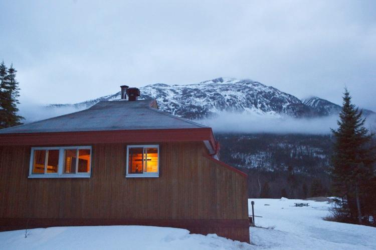 Hut L'Arlequin in view of Mont Albert