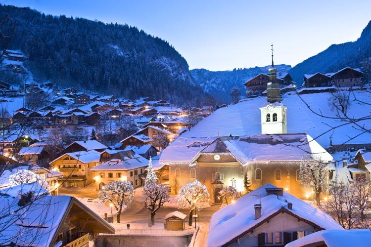France Alpes haute Savoie 74 massif du Chablais les portes du soleil Morzine le quartier de l'église au crépuscule